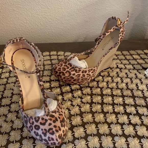 Shoe Dazzle Leopard wedge Size 5.5